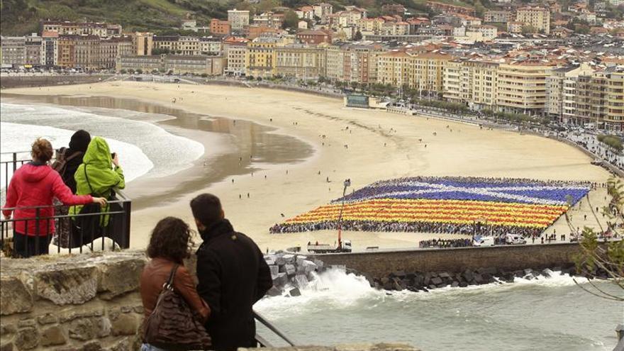 """Un mosaico de 10.000 personas representa la """"senyera"""" en San Sebastián"""