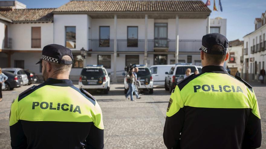 Dos policías locales de Valdemoro durante el registro del Ayuntamiento por Guardia Civil en octubre de 2014