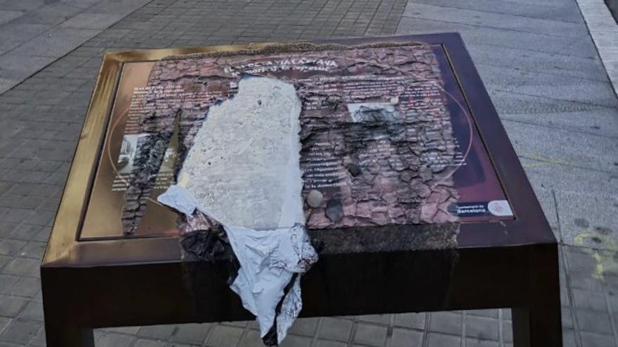 Quemada la placa que recordaba la represión franquista en la comisaría de Via Laietana