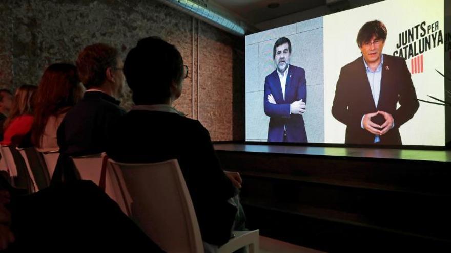 Puigdemont y Jordi Sànchez, durante un acto de campaña en el que coincidieron por videoconferencia