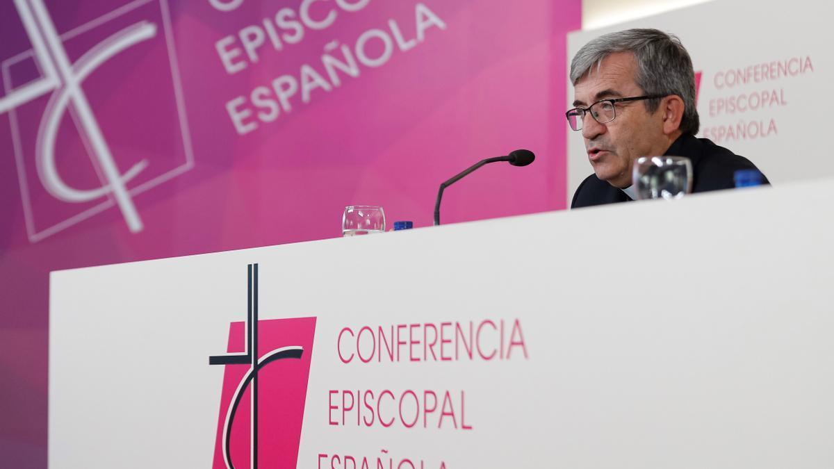El secretario general y portavoz de la Conferencia Episcopal Española (CEE) y obispo auxiliar de Valladolid, Luis Argüello, durante una rueda de prensa. EFE/Emilio Naranjo/Archivo