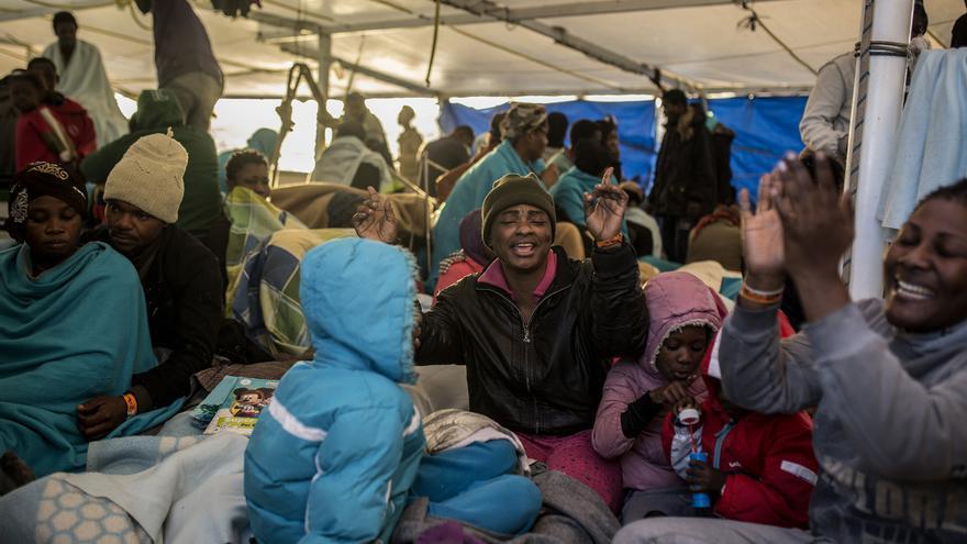 Sandrine junto a sus hijos a bordo del barco humanitario open Arms, después de ser rescatados en diciembre de 2018.