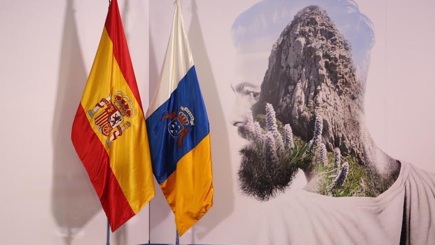 Bandera de España, bandera de Canarias, un gnomo.