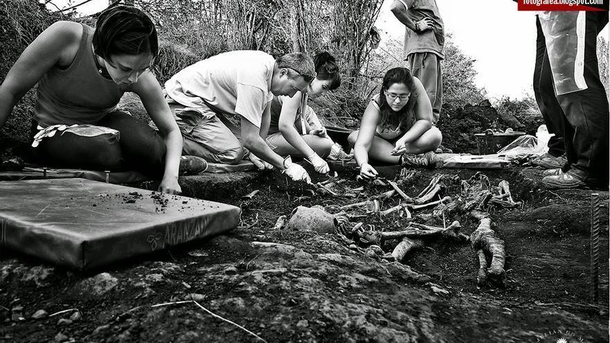 Trabajos de exhumación en la localidad soriana de Barcones / JULIÁN DE LA MATA