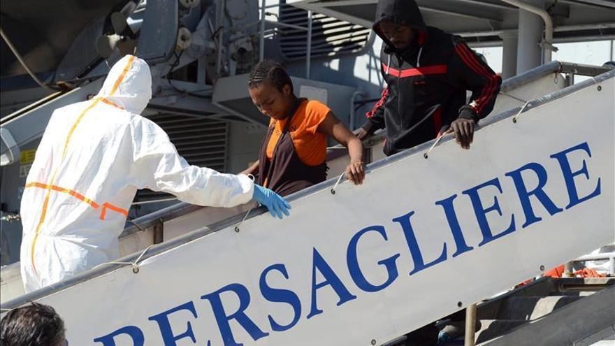 Migrantes desembarcan este lunes de la fragata Bersagliere a su llegada al puerto de Reggio Calabria (Italia).