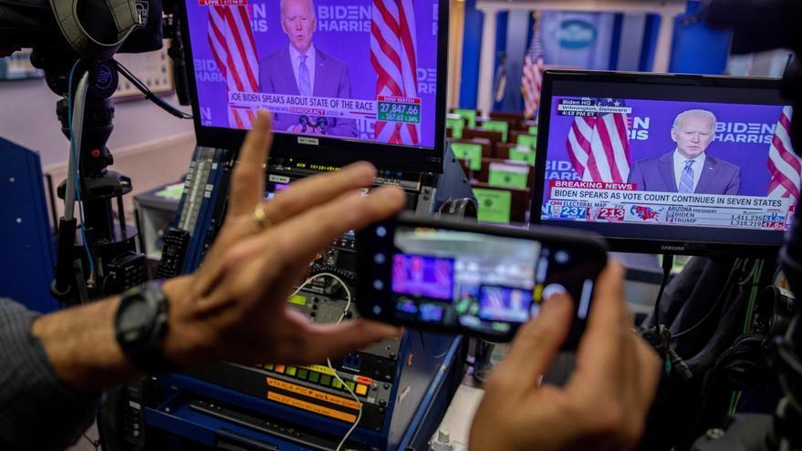 Declaraciones del candidato presidencial demócrata Joe Biden se muestran en un monitor en la sala de conferencias de prensa de la Casa Blanca en Washington, DC, EE. UU.EFE/EPA/SHAWN THEW