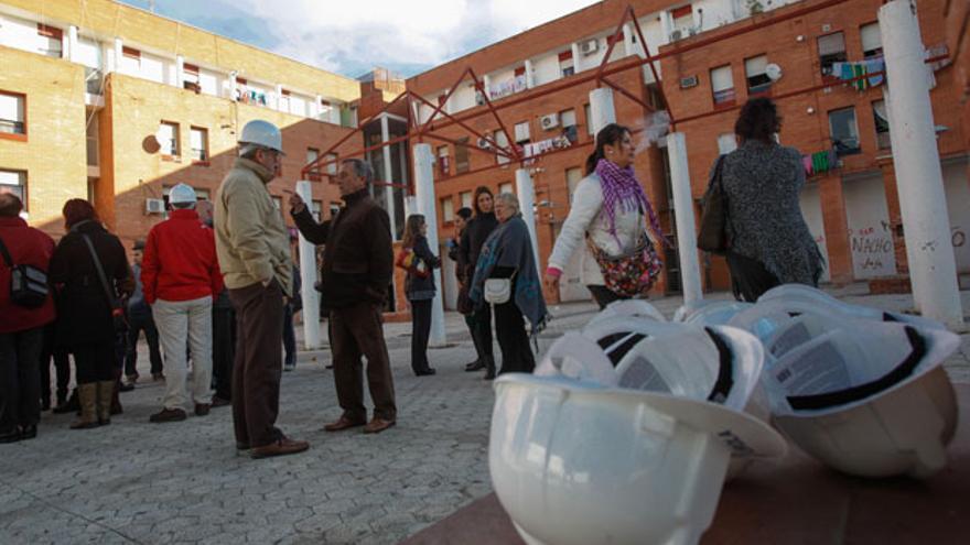 Un grupo de técnicos, en uno de los patios de Las Palmeras   ÁLVARO CARMONA