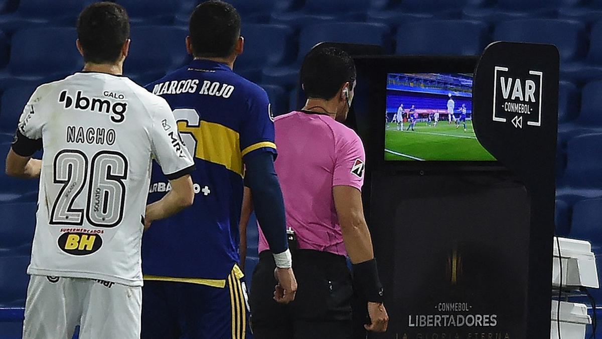 El árbitro uruguayo Esteban Ostojich revisa la jugada de la polémica.