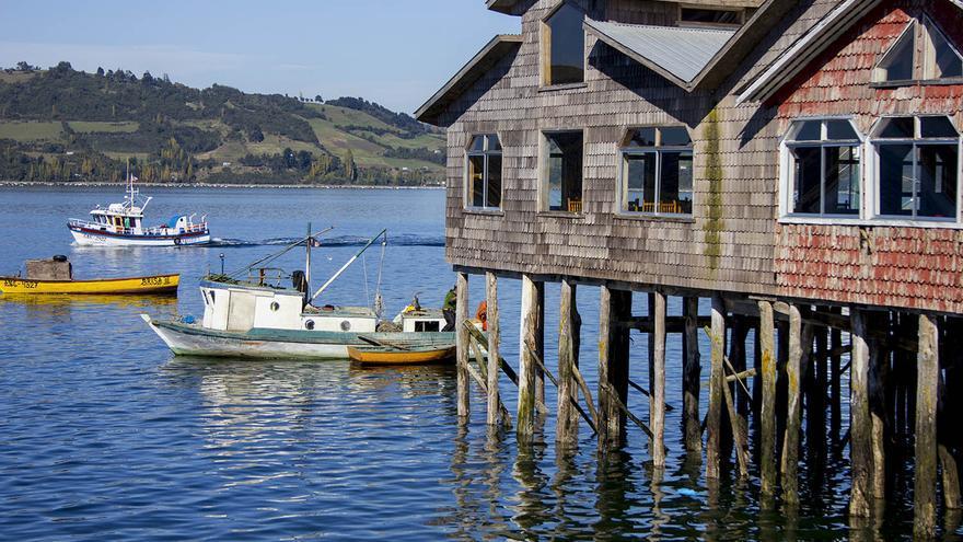 Palafito y barquillos en castro, la capital de Chiloé.