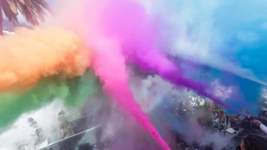 El blanco inmaculado de los polvos de talco se convirtió en una nube multicolor a la llegada de la comitiva a la Plaza de España.