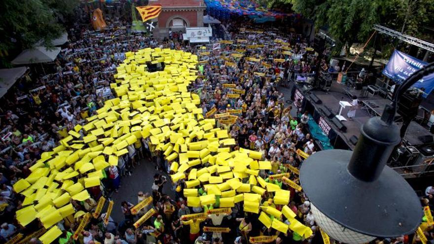 Los independentistas dibujan un gran lazo amarillo en Gràcia para recordar a los Jordis