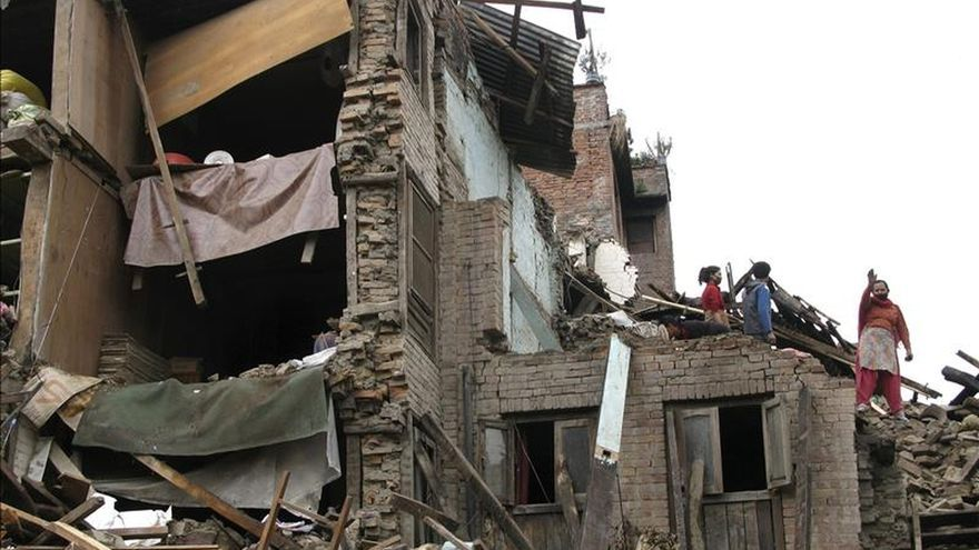 El último recuento de muertos por el terremoto en Nepal supera los 6.200