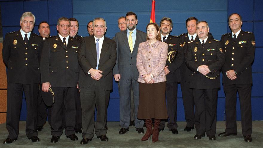 Julio Corrochano (junto a Ana Pastor) posa con el resto de la Junta de Gobierno de la Policía nombrada en enero de 2002
