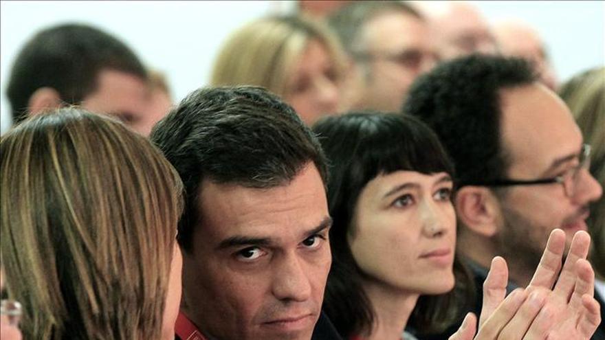 """Sánchez pide a Rajoy que haga dimitir a Gallardón y """"entierre"""" la ley de aborto"""