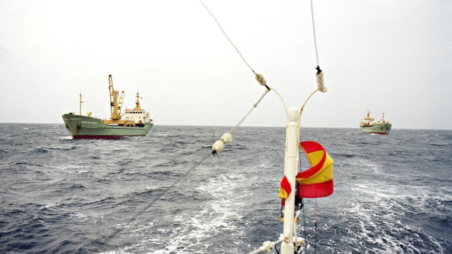 Cargueros con los bidones de residuos radiactivos fotografiados desde el pesquero gallego 'Xurelo' en 1982