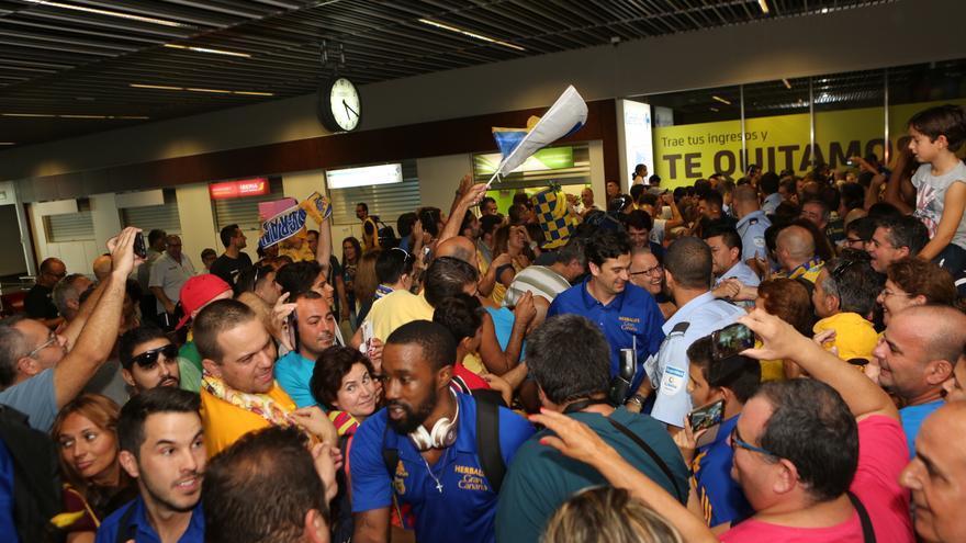 Bo McCalebb a su llegada al aeropuerto de Gran Canaria, recibido por los aficionados amarillos.