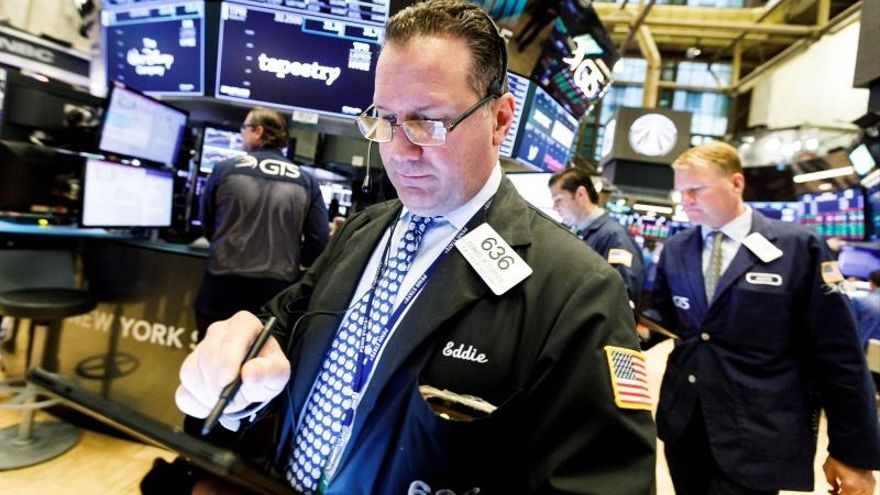 Wall Street abre en rojo y el Dow cae cerca de 500 puntos por el coronavirus