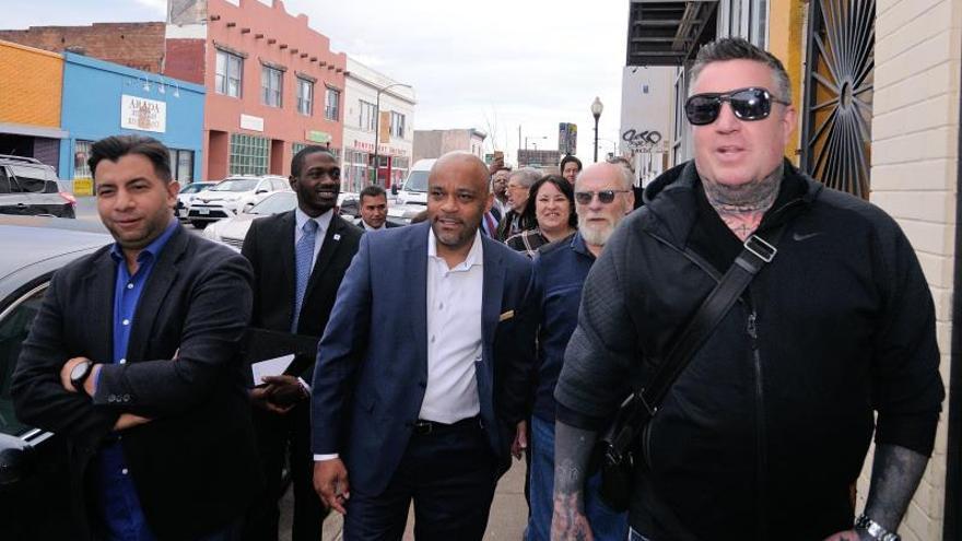 En la imagen, el alcalde de Denver, Michael Hancock (c).