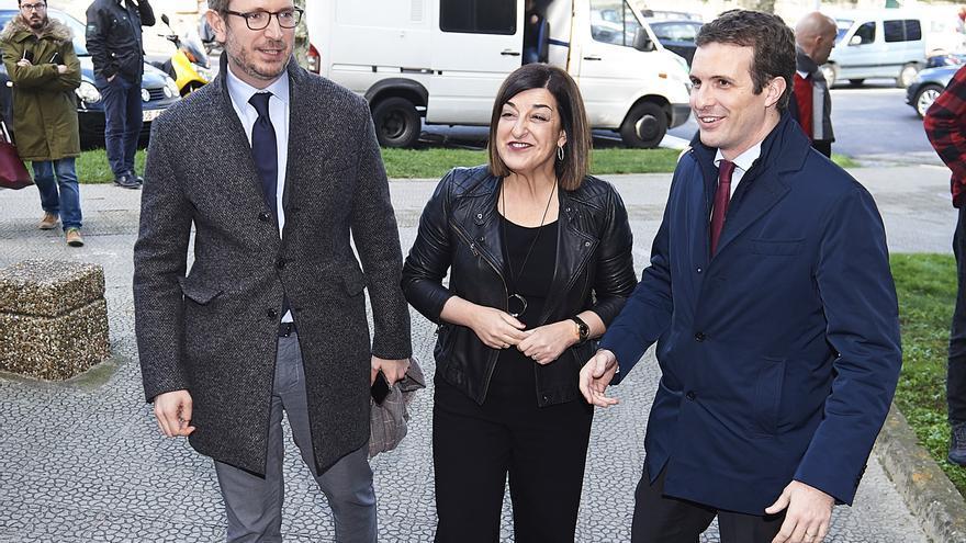 Maroto y Casado con Buruaga tras rechazar su candidatura como cabeza de lista del PP cántabro. | JUANMA SERRANO