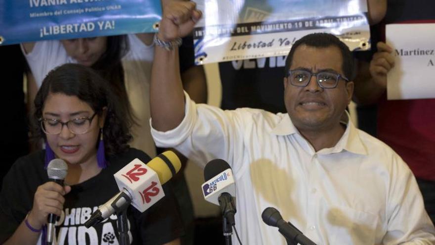 La líder estudiantil Yaritza Rostran (i), junto al director Instituto de Estudios Estratégicos y Políticas Públicas (IEEPP), Félix Madariaga (d), participan de una conferencia de la Unidad Nacional Azul y Blanco (UNAB), para anunciar que aumentaran las medidas de presión de protestas contra el gobierno de Daniel Ortega, hoy, en Managua (Nicaragua).