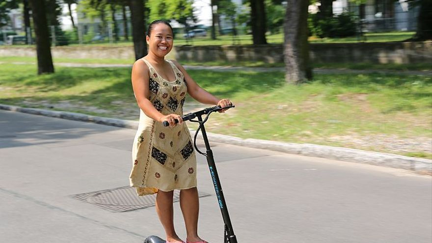 Mujer sobre un patinete eléctrico