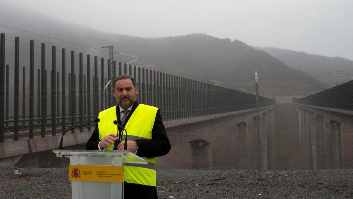 El ministro de Transportes, Movilidad y Agenda Urbana, José Luis Ábalos, pronuncia unas palabras mientras visita este lunes el viaducto de Teixeiras, en Laza (Ourense), en la línea de Alta Velocidad Madrid-Galicia.EFE/ Brais Lorenzo