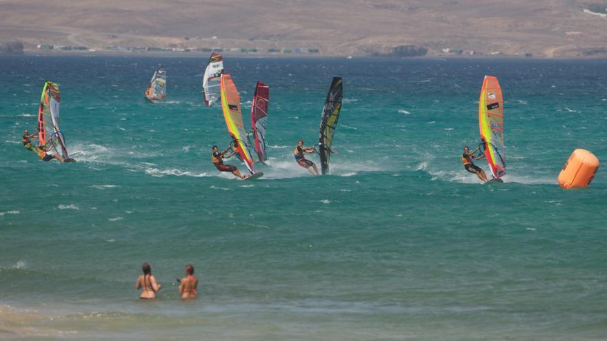 Una de las mangas de la prueba de Slalom dentro del campeonato del mundo de windsurf realizadas en las playas de Jandia, Fuenteventura (VISIT JANDÍA)