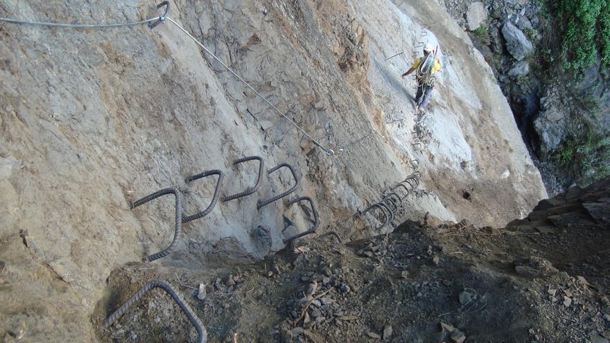 En la imagen, tramo de la 'vía ferrata' afectada por el desprendimiento registrado en el barranco del Paso Malo. Foto: Arturo Pérez Pérez.