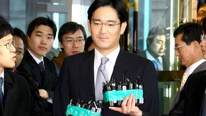 Un tribunal de Seúl decide hoy sobre la detención del número uno de Samsung