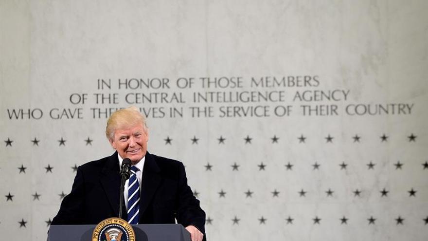 Trump hace las paces con la CIA y le declara la guerra a la prensa en su primer día