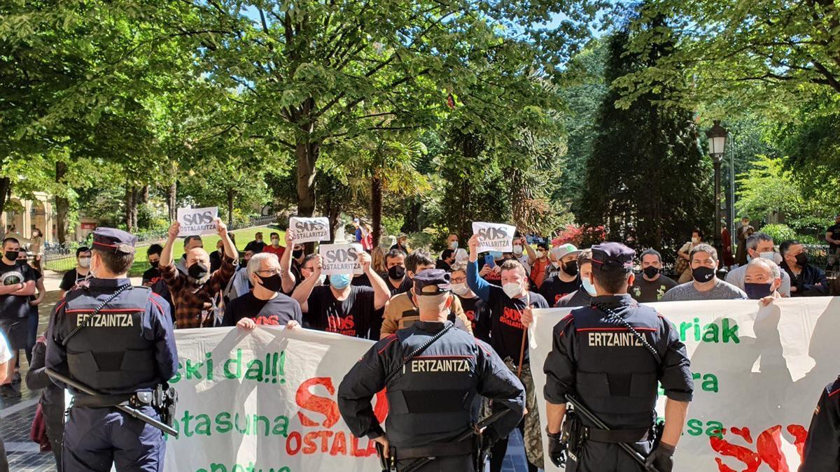 Manifestantes delante de la Diputación Foral de Gipuzkoa