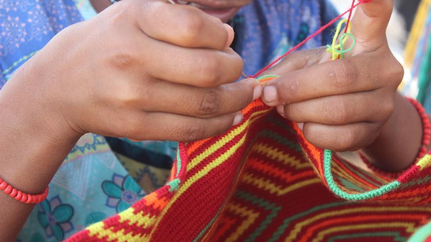 Las nuevas generaciones wayuu aprenden el oficio de la tejeduría desde pequeñas.