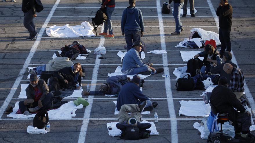 Varias personas sin techo se preparan para dormir respetando la distancia de seguridad en Las Vegas (EEUU)