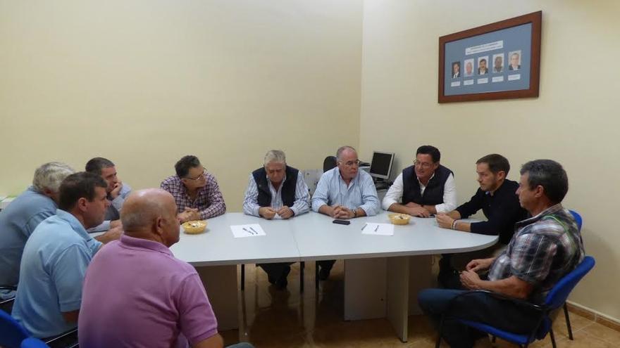 Mariano Hernández, Ernesto Aguiar y Carlos Cabrera se reunieron el pasado lunes con representantes de la Comunidad de Regantes de las Breñas-Mazo.