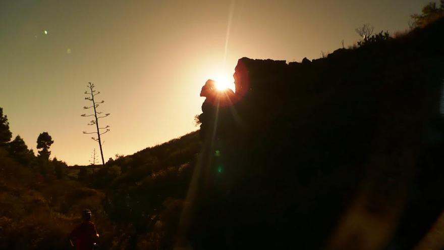 Imagen de archivo del entorno de El Verde, justo cuando el sol pasa por la abertura de un roque, en el municipio de El Paso. Foto: MIGUEL MARTÍN.