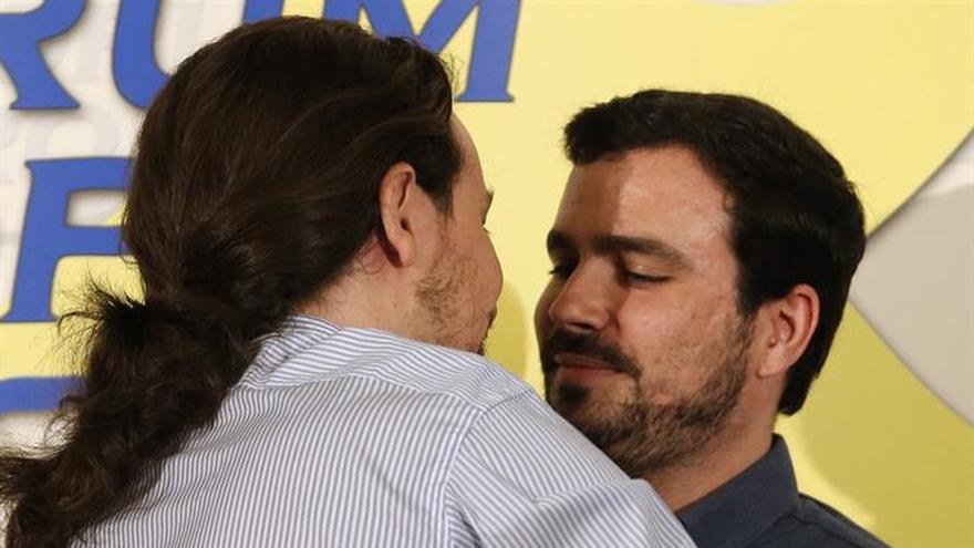 Pablo Iglesias y Alberto Garzón, antes del desayuno informativo en el Ritz.