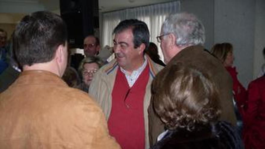 Francisco Álvarez-Cascos con simpatizantes en Asturias. (EUROPA PRESS)