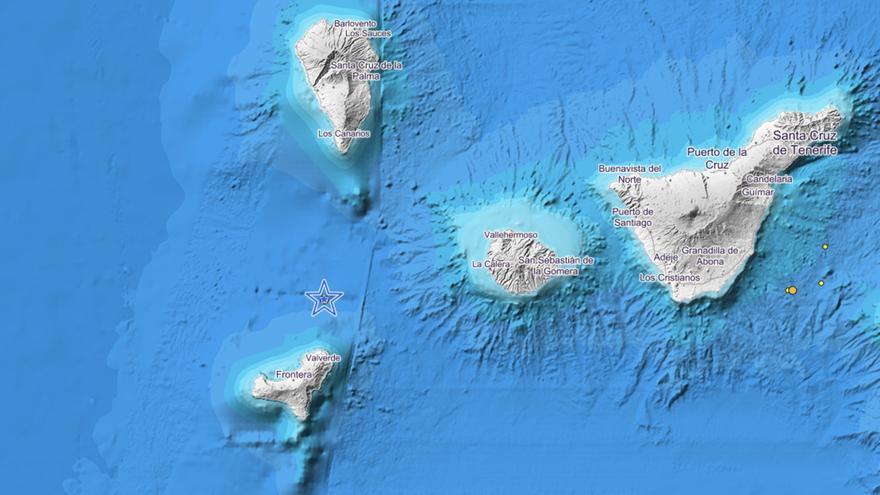 En la imagen del IGN se indica el punto donde ha sido localizado en la tarde de este martes el terremoto entre El Hierro y La Palma.