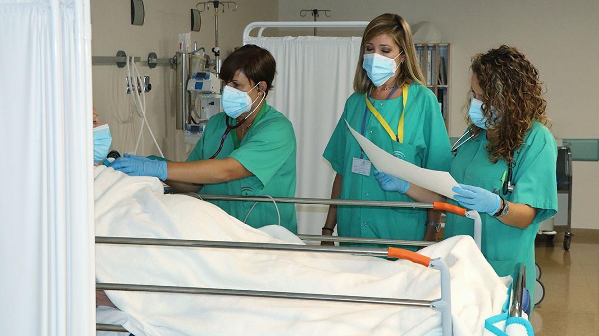 Tres profesionales sanitarias en Reina Sofía.