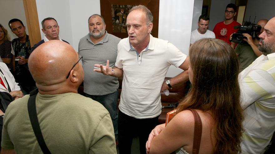 El concejal Sergio Millares con los representantes de las asociaciones de Memoria Histórica de San Lorenzo, Arucas y Agaete (ALEJANDRO RAMOS)