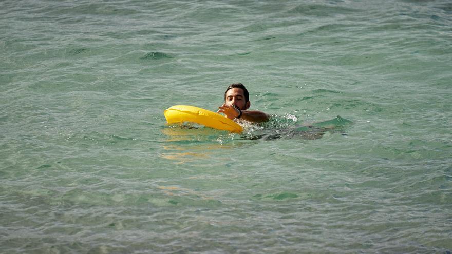 El salvavidas autónomo Oneup en el agua, en un simulacro en La Puntilla.