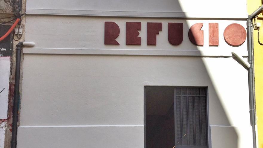 Puerta de entrada al refugio restaurado