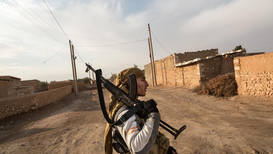 Un soldado de las fuerzas kurdas YPG en Mahmudli (Siria), cerca de una zona controlada por ISIS.