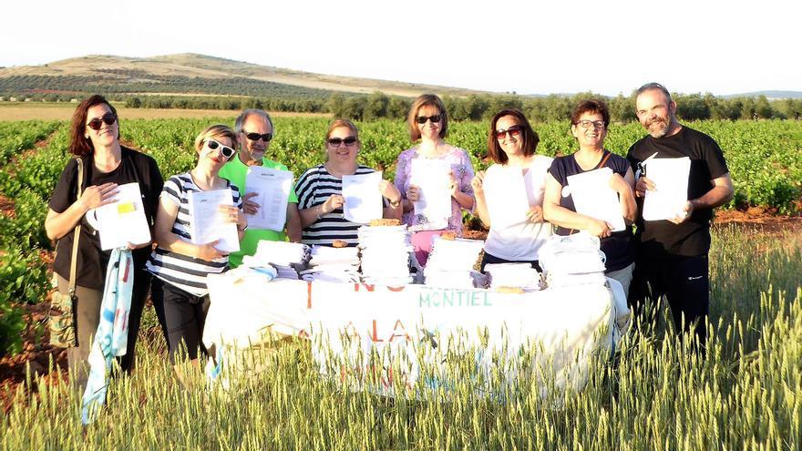 Voluntarios de la Plataforma Sí a la Tierra Viva en el Campo de Montiel