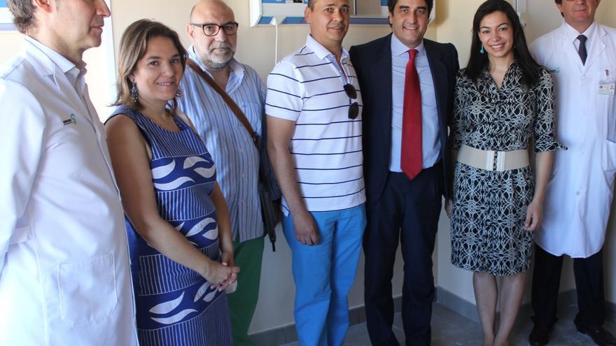 Echániz y Alonso visitando las dependencias de oncología infantil en el Virgen de la Salud