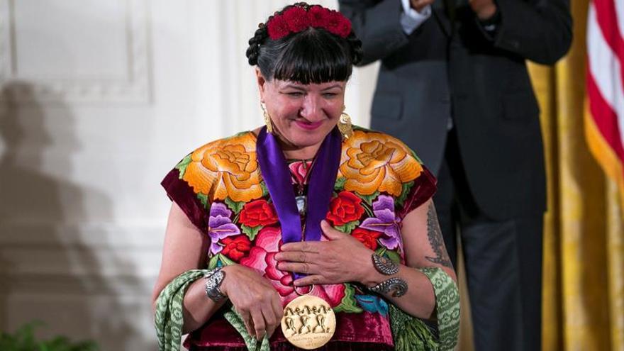 Obama celebra la cultura hispana con premios a Sandra Cisneros y José Andrés