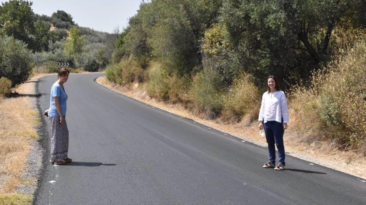 La delegada territorial de Fomento de la Junta, Cristina Casanueva, y la alcaldesa de Priego de Córdoba, María Luisa Ceballos, visitan la carretera A-333.