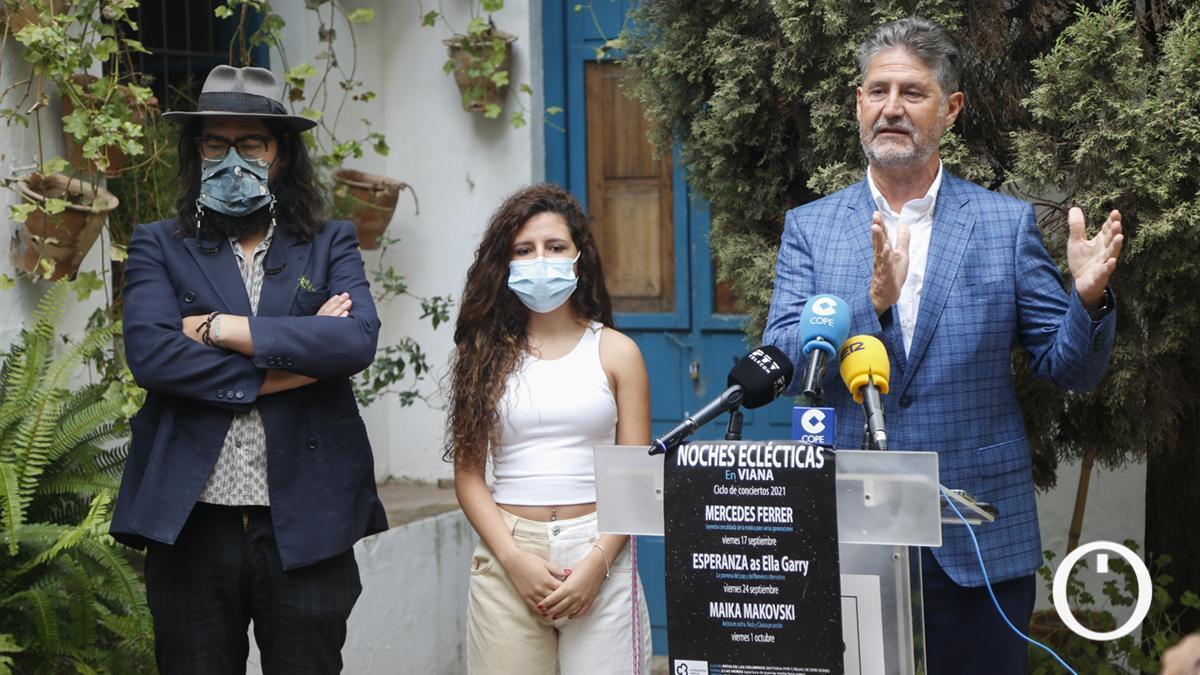 Esperanza García (centro) en la presentación de una nueva edición de las Noches Eclécticas