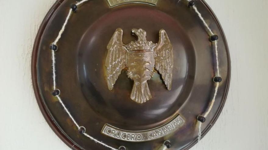 Metopa con el escudo de armas del buque de guerra 'Canarias', en una sala pública del Cabildo de Tenerife