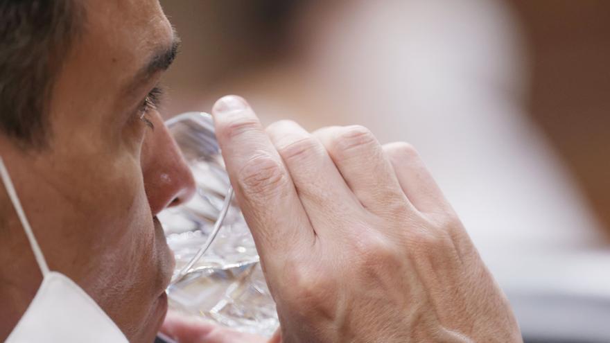 El presidente del Gobierno, Pedro Sánchez, bebe agua en una sesión de control al Gobierno en el Congreso